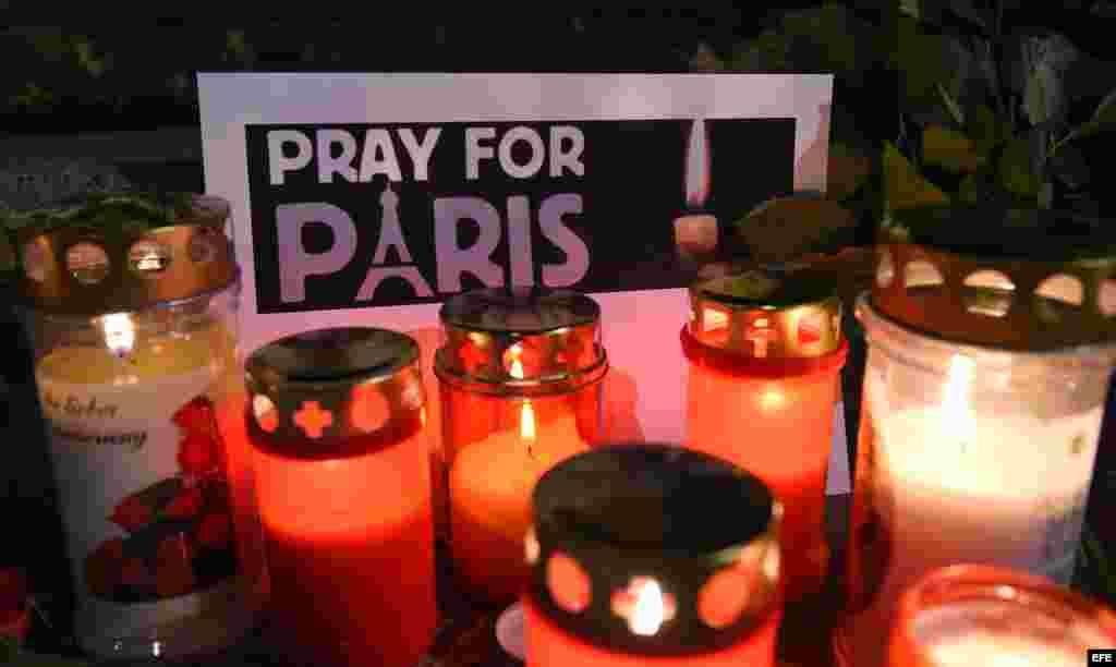 Tributo en Viena a las víctimas de los atentados de París. EFE