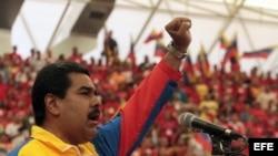 Fotografía cedida por Prensa de Miraflores, que muestra al presidente encargado de Venezuela y candidato oficialista, Nicolás Maduro, durante su participación en un acto de precampaña en Barinas.