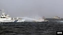Archivo - Guardacosta japones (i) usa un cañón de agua contra un bote pesquero taiwanés (d) el 25 de septiembre de 2012.
