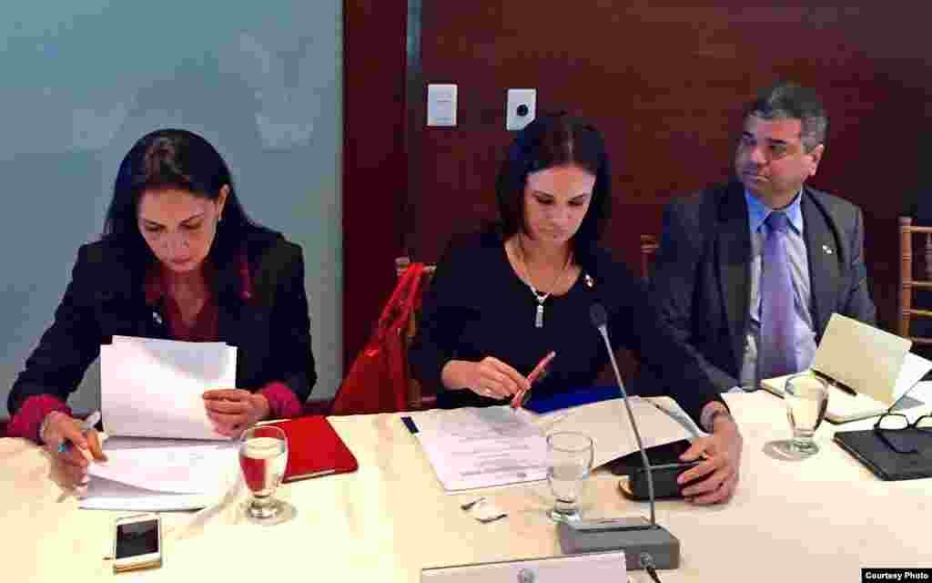 La vicepresidenta y canciller de Panamá, Isabel de Saint Malo de Alvarado (c), en reunión de cancilleres del SICA.