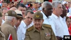 Raúl Castro junto a la cúpula del gobierno cubano en el acto por el aniversario 63 del asalto a los cuarteles Moncada Carlos Manuel de Céspedes. EFE
