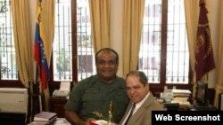 Alexis Frutos, coronel de la Dirección de Inteligencia cubana (d), junto a un general Venezolano.