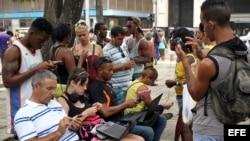 Cubanos se conectan a Internet a través de un punto Wi Fi