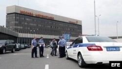 Varios policías vigilan en el aeropuerto Sheremetyevo de Moscú, Rusia.