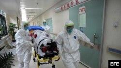 Personal médico de China realiza un simulacro de una emergencia por contagio de ébola. Archivo.