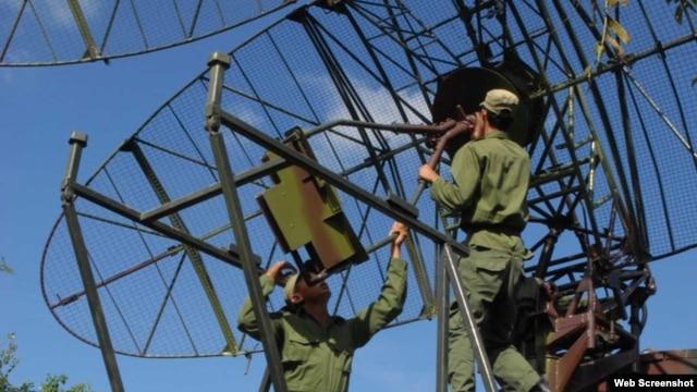 Soldados cubanos en una maniobra militar.