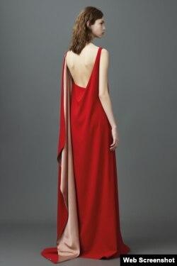 El color rojo destaca en la colección de Valentino.