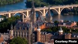 Vista de la Universidad de Georgetown y el puente Key sobre el Potomac.