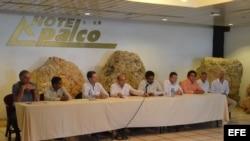 El jefe negociador del Gobierno colombiano, Humberto de la Calle (c) junto a los jefes negociadores de las FARC, durante una declaracion a la prensa hoy, viernes 7 de octubre de 2016, en La Habana (Cuba). Los equipos negociadores del acuerdo colombiano de