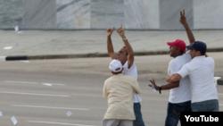 Arresto de activistas en la Plaza.