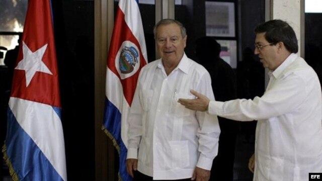 Los ministros de Exteriores de Cuba y Costa Rica, Bruno Rodríguez (c) y Enrique Castillo Barrantes (i), respectivamente, en la sede del ministerio de Relaciones Exteriores en La Habana (Cuba), poco antes de sostener una reunión oficial
