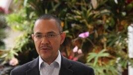 El ministro venezolano de Comunicación e Información, Ernesto Villegas, mientras ofrece una rueda de prensa el 24 de diciembre de 2012, en Caracas (Venezuela).