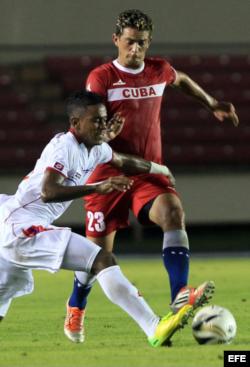 Los jugadores Edgar Bárcenas (i) de la selección de Panamá y Jesús Rodríguez (d) de Cuba, disputan el balón.