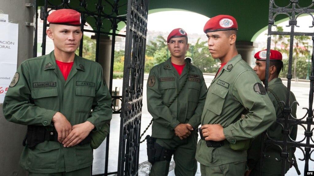 Grupo de militares venezolanos vigila la entrada a un centro de votación. (Foto: Archivo)