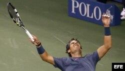 El tenista español Rafael Nadal celebra después de vencer al serbio Novak Djokovic el lunes 9 de septiembre de 2013, en la final masculina del Abierto de Tenis de Estados Unidos.