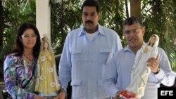 Nicolás Maduro (c), junto al canciller Elías Jaúa (d) y la procuradora general de Venezuela Cilia Flores (i), durante una visita al presidente venezolano Hugo Chávez en La Habana (Cuba), al que trajeron dos imágenes de la Virgen del Valle y la Virgen de B