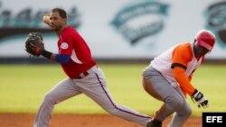 Luis Figueroa de Indios de Mayagüez de Puerto Rico (izquierda) elimina a Yandris Castro de Villa Clara en la Serie del Caribe