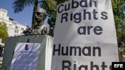 """Archivo. Vista de un cartel donde se lee """"Los derechos de los cubanos son derechos humanos"""", durante marcha solidaria con el movimiento de las Damas de Blanco de Cuba y a favor de las libertades en la isla, en el área de Echo Park, en Los Ángeles, Califor"""