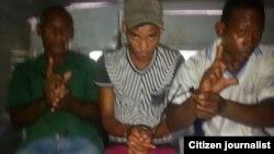 Reporta Cuba. Reportero Vladimir Turró toma una imagen de sus compatriotas dentro del carro en el que los llevan detenidos.