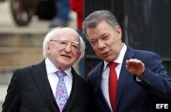 Juan Manuel Santos (d) rinde honores militares a su homólogo de Irlanda, Michael Daniel Higgins, durante su visita a Colombia.