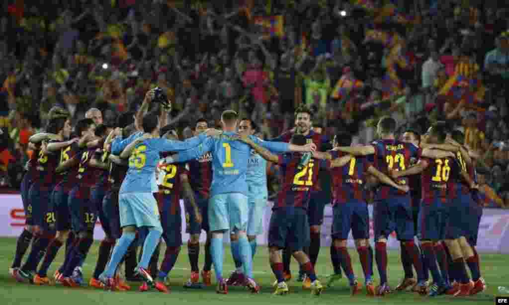 Los jugadores del FC Barcelona celebran la victoria ante el Athletic de Bilbao.