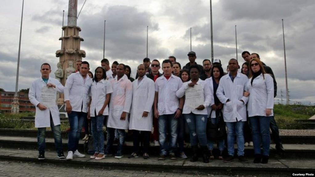 """Médicos varados en Bogotá. (Foto publicada en perfil de Facebook """"Médicos cubanos sin parole"""")"""