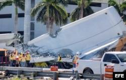 Vista del puente peatonal derrumbado en Universidad Internacional de Florida.