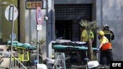 Efectivos de Emergencias en las inmediaciones del lugar en el que una furgoneta ha atropellado esta tarde a varios peatones que paseaban por las Ramblas de Barcelona.