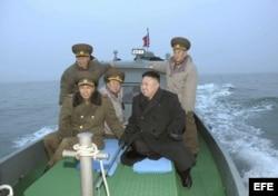 Kim Jong-un (d), a bordo de un barco durante una visita a una unidad militar situada en una isla muy próxima a Corea del Sur.