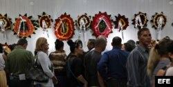 Familiares y amigos del matrimonio pastoral María Salomé Sánchez y Manuel David Aguilar, ambos fallecidos en el desastre aéreo del pasado viernes en La Habana, acuden a su velatorio en la ciudad de Holguín.