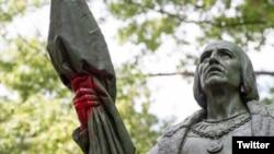 Estatua de Cristobal Colón vandalizada.
