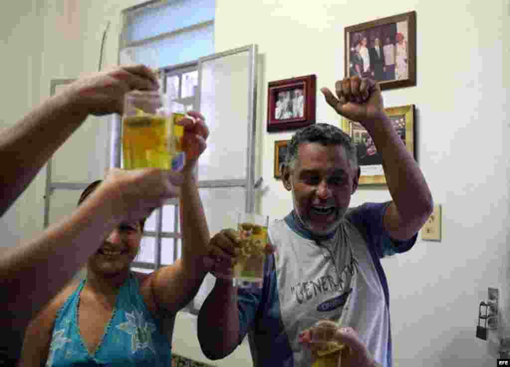 Yadira Rodríguez (i) y Fermín Zamora (d) celebran con infusión de manzanilla hoy, martes 18 de septiembre de 2012, el fin de la huelga de hambre