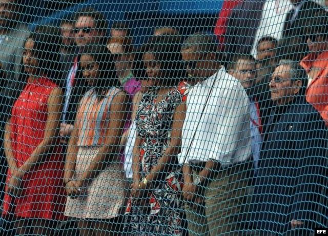 La familia Obama y Raúl Castro escuchan los himnos nacionales de Cuba y EEUU.
