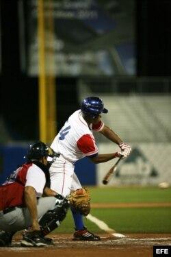 Despaigne (d) batea una bola durante el partido entre República Dominicana y Cuba por el Torneo Premundial de Béisbol (2010) en San Juan (Puerto Rico).