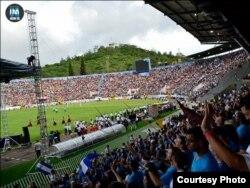 """En el estadio de Tegucigalpa mIles de hondureños levantan las manos a Dios en el evento """"Una nación, un día""""."""