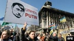 Protestas en Kiev por el apoyo de Rusia a referendum separatista en Crimea.