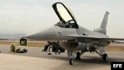 Foto de archivo de un avión F-16.
