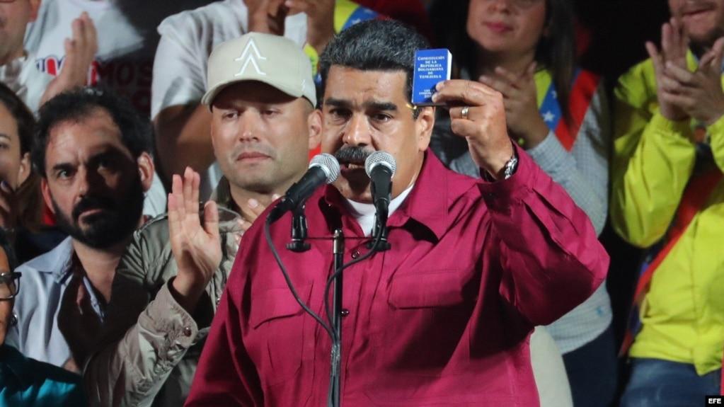 Nicolás Maduro habla a sus seguidores tras proclamarse ganador de las elecciones.