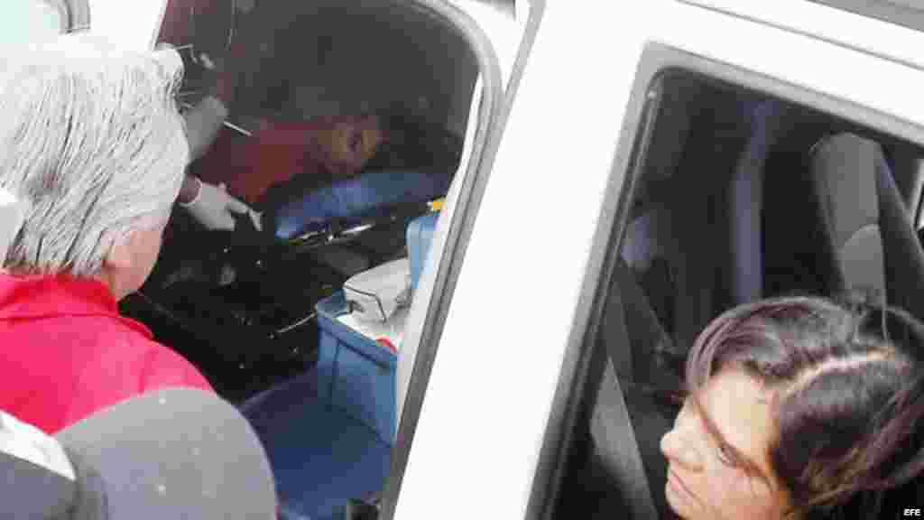 Una joven herida es llevada a un centro asistencial tras una explosión en la estación del metro Escuela Militar