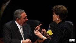 Presidente de Cuba, Raúl Castro (i), y de Brasil, Dilma Rousseff (d)