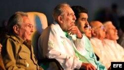 El gobernante cubano Raúl Castro y el mandatario venezolano Nicolás Maduro (3-i) en La Habana, por el cumpleaños 90 del fallecido Fidel Castro.
