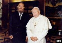 El papa Juan Pablo II junto a Fidel Castro, durante la visita que el mandatario cubano realizó al Vaticano en 1996. Archivo.