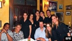 Beyoncé posa junto a empleados en un restaurante privado en La Habana