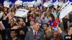 Simpatizantes de Donald Trump celebran su triunfo en las primarias de Carolina del Sur.