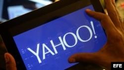 Una persona observa el nuevo logo de la compañía Yahoo, en su página web hoy, miércoles 4 de septiembre de 2013, en Los Ángeles, California.