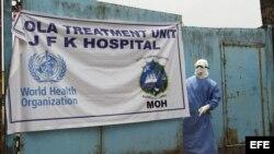 """Médicos que combaten el ébola """"con más probabilidades de morir que en una guerra"""""""