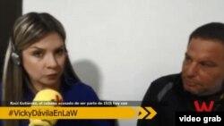 El presunto terrorista cubano Raúl Gutiérrez (d) es entrevistado por Vicky Dávila de W-Radio