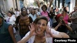 En los actos de repudio, como este contra las Damas de Blanco, mientras más griten, mejor.