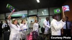 Con banderitas: primeros médicos cubabos llegan a Brasil