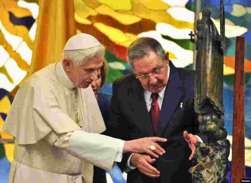 Castro le regaló una escultura de la Virgen de la Caridad del Cobre de un metro y medio.